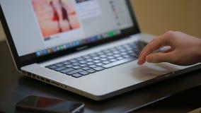 De mens scrolt een Website Gebruikend Zijn Laptop Spoorstootkussen