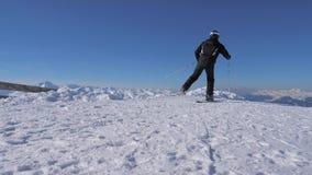 De mens ski?t en draait snel op de helling bij een skitoevlucht op sneeuwbergpiek stock footage