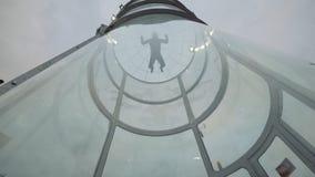 De mens skydiver vliegt op en neer in windtunnel Het vliegen in een skydiving tunnel Stock Foto's