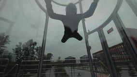 De mens skydiver vliegt op en neer in windtunnel Het vliegen in een skydiving tunnel stock videobeelden