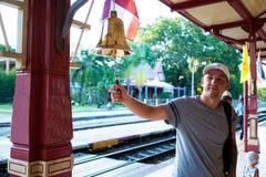 De mens slaat de klok bij de post Hua hin, Thailand stock afbeeldingen
