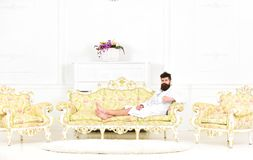 De mens slaperig in badjas drinkt koffie in luxehotel in ochtend, witte achtergrond Het concept van het luxeleven Mens met baard stock afbeeldingen