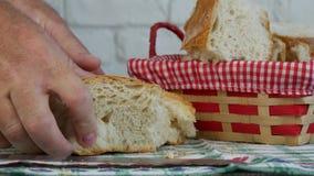 De mens sneed in Plakken een Vers Brood en zette op de Mand stock videobeelden