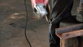 De mens snijdt een roestige metaalstraal, gebruikend een cirkelturbine Slowmotion gebeëindigd het werkgeluid van de hoekmolen stock footage