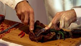 De mens snijdt een stuk van lapje vleesclose-up 4K af stock videobeelden