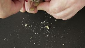 De mens snijdt teennagels besmet met paddestoelhulpmiddel stock footage