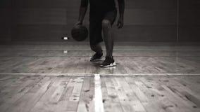 De mens speelt basketbal, oude filmstijl stock footage
