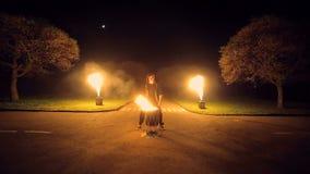 De mens speelt brandende trommel Tegen de achtergrond van opvlammende lichten stock videobeelden