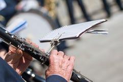 De mens speelt de klarinet royalty-vrije stock afbeelding