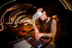 De mens speelt enthousiast op de mixer van DJ tegen royalty-vrije stock foto's