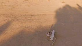 De mens speelt op een witte piano bij de bodem van een diepe kloof Mening van hierboven Lucht Mening stock footage