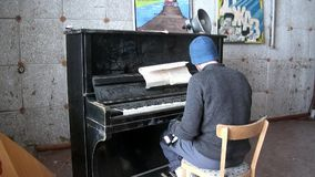 De mens speelt de oude gebroken muzikale instrumentenpiano in Pyramiden stock video