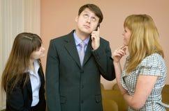De mens spreekt door een mobiele telefoon Stock Foto