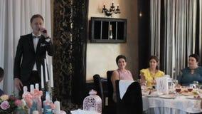 De mens spreekt in een microfoon bij een huwelijk stock footage