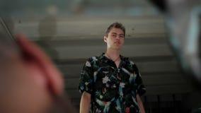 De mens spreekt met een gewond mensenclose-up stock videobeelden