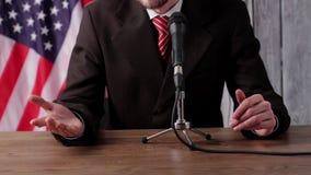 De mens spreekt in microfoon stock video
