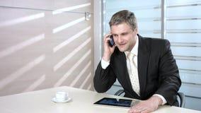 de mens spreekt op de telefoon stock videobeelden