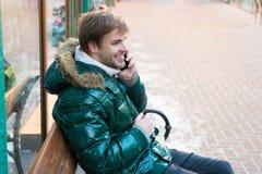 De mens spreekt op telefoon Het is koude buitenkant Bos in Sneeuw Tien Shan Sneeuwweer In de winterlaag De wintermanier royalty-vrije stock afbeelding
