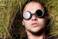 De mens staart aan u door glazen, denkt over het Stock Afbeeldingen