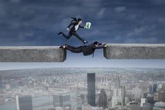 De mens staat zijn partner door het hiaat bij Stock Foto