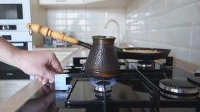 De mens stak de vlam op een gasfornuis voor het koken van werktuigenkoffie aan stock video