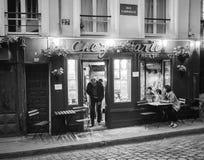 De mens stapt deur van Chez Marie Restaurant op Montmartre, Parijs op De Zwart-witte foto van Peking, China Stock Afbeelding