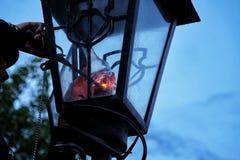 De mens steekt een retro lantaarn aan royalty-vrije stock afbeelding
