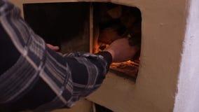 De mens steekt oven aan Rustieke oven stock videobeelden
