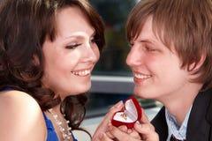 De mens stelt huwelijk aan meisje voor. Royalty-vrije Stock Foto's