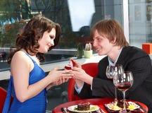De mens stelt huwelijk aan meisje voor. Stock Foto