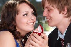 De mens stelt huwelijk aan meisje voor. Stock Afbeelding