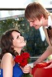 De mens stelt huwelijk aan meisje voor. Stock Fotografie
