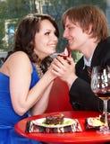 De mens stelt huwelijk aan meisje voor. Royalty-vrije Stock Fotografie
