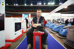 De mens stelt schoonmakende machines voor Royalty-vrije Stock Afbeelding