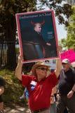 De mens steunt Satirisch Teken van Troef bij Belastingsprotest Stock Foto's