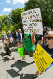 De mens steunt Teken Lopend in Atlanta Maart voor Wetenschap royalty-vrije stock foto