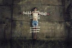 De mens sticked aan de muur met plakband Stock Afbeelding