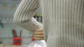 De mens test binnen hand bionische prothese in technologielaboratorium stock footage