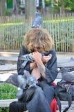 De mens toont affectie voor duiven Royalty-vrije Stock Foto's
