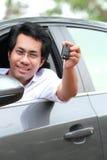 De mens toont autosleutel royalty-vrije stock afbeelding