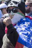 De mens toont Chicano machtsgebaar bij anti-troefprotest Stock Fotografie