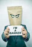 De mens toont een uithangbord met de tekst ik een bankier ben stock fotografie