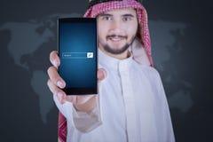 De mens toont onderzoeksbar op smartphone Stock Afbeelding