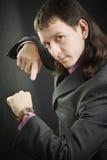 De mens toont op horloge Royalty-vrije Stock Fotografie