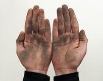 De mens toont zijn vuile handen met omhoog palmen Royalty-vrije Stock Afbeeldingen