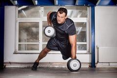 De mens trekt barbell crossfit geschiktheid opleiding uit Stock Foto