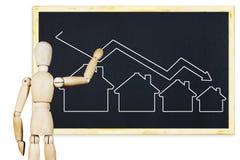 De mens trekt een grafiek van dalende verkoop van onroerende goederen op een bord Stock Afbeelding