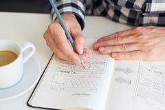 De mens trekt een schets voor website royalty-vrije stock foto's