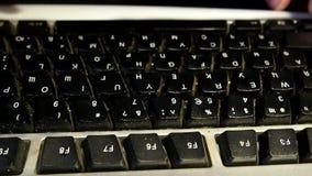 De mens typt op het toetsenbord stock footage