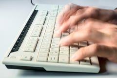 De mens typt snel op een computertoetsenbord royalty-vrije stock afbeelding